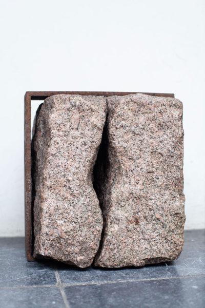 Vulva, graniet / metaal, 27 x 27 x 25, 2002