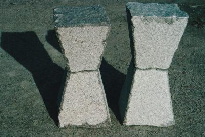 Zandlopers, rood en wit graniet, 2 keer 30 x 30 x 70, 2005